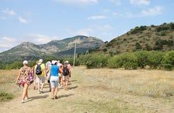 El grupo de la excursión va a las montañas Fotografía de archivo libre de regalías