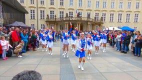 El grupo de la muchacha de la juventud en ropa brillante da una presentación en el castillo de Praga en Praga almacen de video