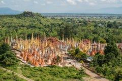El grupo de la pagoda más vieja Shwe Indein situado en el pueblo de Indein en el área del lago Inle de Myanmar Imagenes de archivo