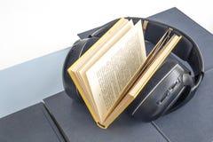 El grupo de libros y de auriculares coloridos se relacionó con los audiolibros Foto de archivo