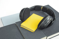 El grupo de libros y de auriculares coloridos se relacionó con los audiolibros Fotografía de archivo
