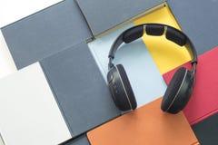 El grupo de libros y de auriculares coloridos se relacionó con los audiolibros Imagenes de archivo