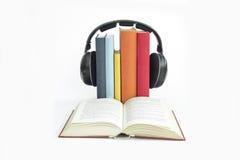 El grupo de libros y de auriculares se relacionó con los audiolibros con el aislante Imágenes de archivo libres de regalías