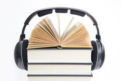 El grupo de libros y de auriculares se relacionó con los audiolibros en aislado Foto de archivo