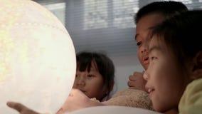 El grupo de los niños que aprende sobre la geografía en el dormitorio almacen de metraje de vídeo