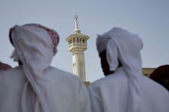 El grupo de los UAE Dubai de hombres musulmanes tradicionalmente vestidos realiza una canción para los visitantes al Bastakia imagen de archivo libre de regalías