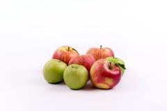 El grupo de manzana da fruto en un fondo blanco Fotos de archivo libres de regalías