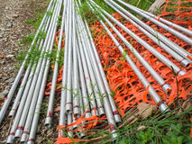 El grupo de metal brillante largo instala tubos en el piso Imágenes de archivo libres de regalías