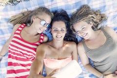 El grupo de muchacha bonita toma un selfie Imagen de archivo