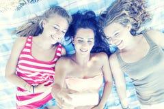 El grupo de muchacha bonita toma un selfie Imagenes de archivo