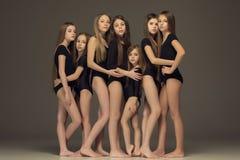 El grupo de muchachas adolescentes que presentan en el estudio blanco Imágenes de archivo libres de regalías