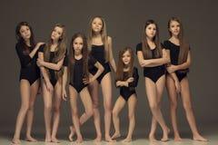 El grupo de muchachas adolescentes que presentan en el estudio blanco Foto de archivo