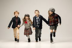El grupo de muchachas y de muchachos hermosos en un fondo en colores pastel Imagen de archivo