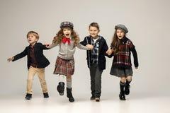 El grupo de muchachas y de muchachos hermosos en un fondo en colores pastel Imagen de archivo libre de regalías
