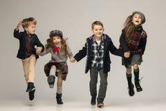 El grupo de muchachas y de muchachos hermosos en un fondo en colores pastel Foto de archivo libre de regalías
