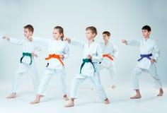 El grupo de muchachos y de muchacha que luchan en el entrenamiento del Aikido en escuela de artes marciales Forma de vida y conce Fotografía de archivo libre de regalías