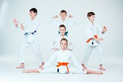 El grupo de muchachos y de muchacha que luchan en el entrenamiento del Aikido en escuela de artes marciales Forma de vida y conce Imagenes de archivo