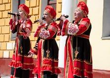 El grupo de mujeres canta una canción, llevando la ropa rusa tradicional en Moscú Día de victoria, mayo 9,2014 Fotos de archivo