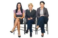 El grupo de mujeres de negocios se sienta en silla Imagen de archivo libre de regalías