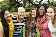 El grupo de mujeres socializa concepto de la felicidad del trabajo en equipo imagenes de archivo