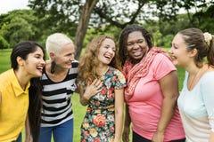 El grupo de mujeres socializa concepto de la felicidad del trabajo en equipo imagen de archivo
