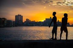 El grupo de niños juega y salta de la pared de Malecon en Atlántico en H Fotos de archivo libres de regalías