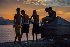 El grupo de niños juega y salta de la pared de Malecon en Atlántico en H Foto de archivo libre de regalías