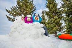 El grupo de niños felices juega al juego de las bolas de nieve junto Imagenes de archivo