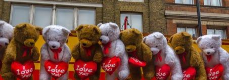El grupo de osos de peluche grandes con los corazones Imagen de archivo libre de regalías