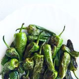 El grupo de Padron verde frió las pimientas aisladas foto de archivo