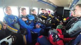El grupo de paracaidistas se sienta dentro de un pequeño avión que aguardan un salto metrajes