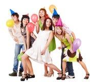 El grupo de personas celebra cumpleaños. Foto de archivo