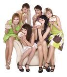 El grupo de personas come la torta. Fotografía de archivo