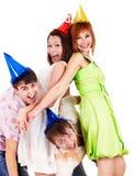 El grupo de personas en sombrero del partido celebra cumpleaños. Imágenes de archivo libres de regalías