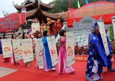 El grupo de personas en traje tradicional da letras al santo Imagenes de archivo