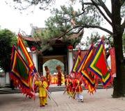 El grupo de personas en traje tradicional da los regalos al santo Imagenes de archivo