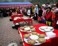 El grupo de personas en traje tradicional da los regalos al santo Foto de archivo libre de regalías