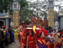 El grupo de personas en traje tradicional da los regalos al santo Imagen de archivo