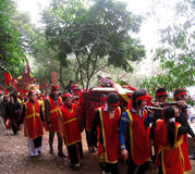 El grupo de personas en traje tradicional da los regalos al santo Fotografía de archivo libre de regalías