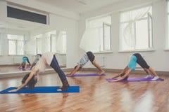 Resultado de imagen de grupo de gente practicando yoga