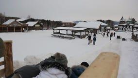 El grupo de personas se mueve a lo largo de superficie helada en el pedazo de cartulina almacen de metraje de vídeo