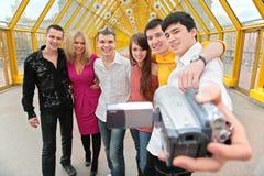 El grupo de personas se quita al vídeo Fotografía de archivo libre de regalías