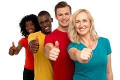 El grupo de personas sonriente con los pulgares sube gesto Foto de archivo libre de regalías