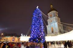 El grupo de personas y el campanario de la catedral de Sofias del santo y del árbol del Año Nuevo Fotos de archivo
