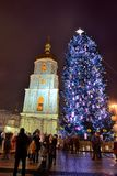 El grupo de personas y el campanario de la catedral de Sofias del santo y del árbol del Año Nuevo Fotografía de archivo