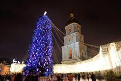 El grupo de personas y el campanario de la catedral de Sofias del santo y del árbol del Año Nuevo Fotografía de archivo libre de regalías