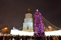 El grupo de personas y el campanario de la catedral de Sofias del santo y del árbol del Año Nuevo Foto de archivo