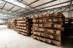 El grupo de plataforma de madera en la fábrica Imagen de archivo