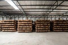 El grupo de plataforma de madera en la fábrica Imagenes de archivo