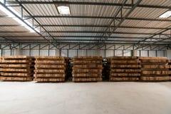 El grupo de plataforma de madera en la fábrica Imágenes de archivo libres de regalías